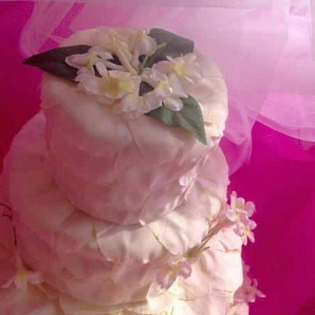 Gâteau de quatre étages décor blanc de mini fleurs